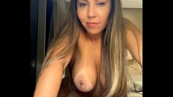 Mulher melão mostrando a sua buceta gostosa