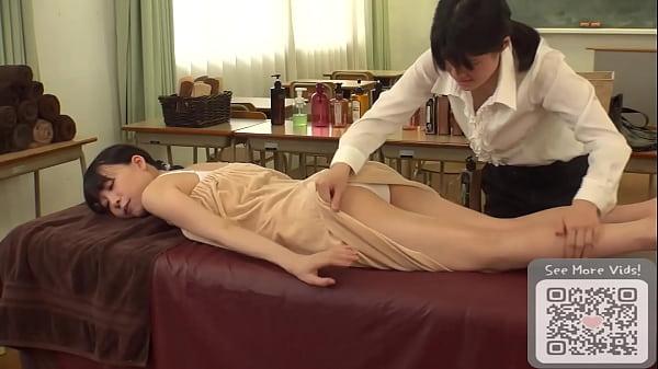 Novinha na massagem com um homem tarado